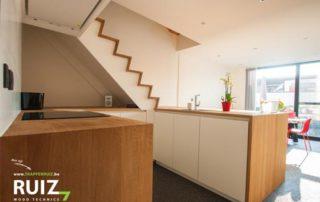 trap in z look en keuken verwerkt in een meubelstuk