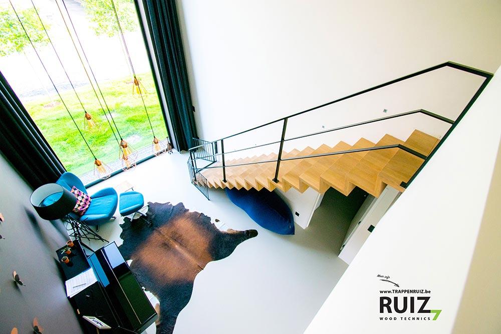 Zwevende design trap uit volle eik te Limburg met ijzeren op maat gemaakte balustrade