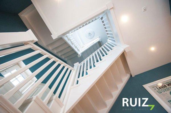 wit gelakte houten trap landelijke stijl