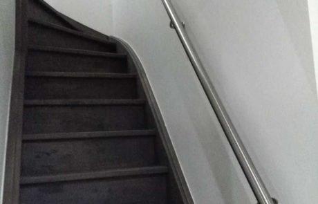 mooi gebogen inox handgreep, buigt mee met de vorm van de trapwang