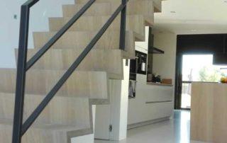 ijzeren balustrade op een zwevende trap, mat zwart gelakt