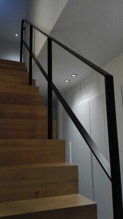 moderne simpele balustrade op een houten trap