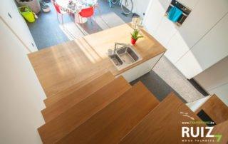 Trap loopt over in de keuken, plaatsbesparend en toch een grote keuken. Ideaal voor renovatiewoningen