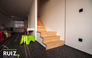 mooie rubberwood trap op steentapijt