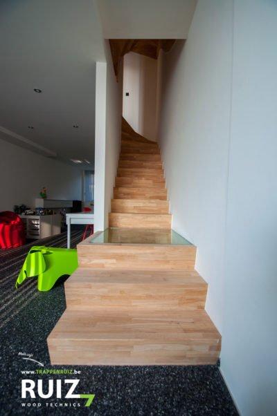 design trap in rubberwood met een bordes in glas