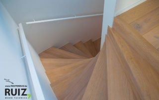 Mooie cottage dubbele kwartdraai trap met ijzeren muurgrepen in een witte kleur