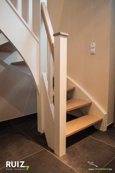 Landelijke open Cottage trap met spijltjes. Palen zijn afgewerkt met hoedjes op.