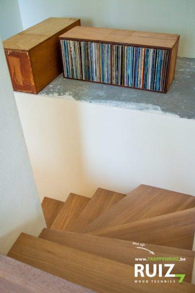 eiken betonnen trap bekleed met kwartdraaien