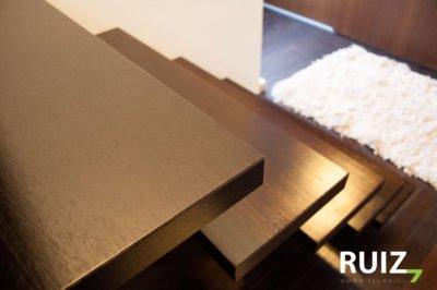 detailfoto afwerking houten trap uit wengé hout