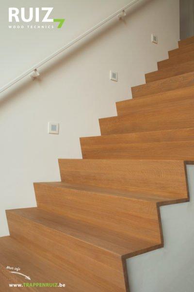 Bekleden van een betonnen trap met eiken panelen in Limburg afwerking met olie en ijzeren muurgreep witgelakt