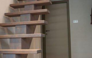 houten beuken design trap met centrale middenboom