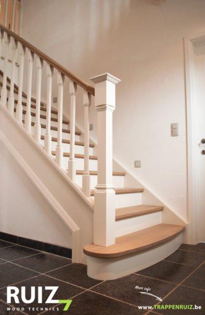 Landelijke cottage trap met sierlijsten op de wang en prachtig uitgewerkte spijltjes met gebogen bloktrede