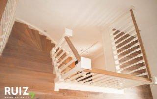 houten cottage balustrade in een landelijk interieur