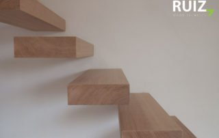 zwevende eiken houten treden bevestigd aan de muur
