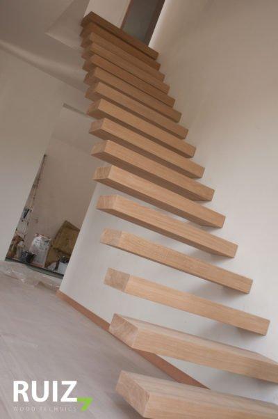 zwevende houten eiken trap te Limburg