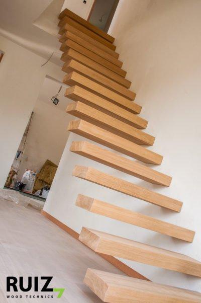 zwevende houten trap uit doorlopende Eike panelen