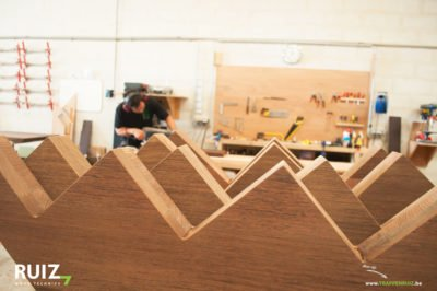voorbereiden van een trap met centrale bomen in wengé hout