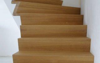 Mooie draai in deze kwartdraai trap uit hout te Lummen, Limburg
