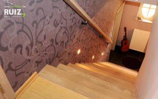 houten trap met neusprofielen bekleed op een betonnen trap