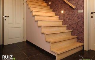 bekleding van een trap in rustieke eik met omega handgreep aan de muur