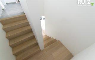 Bekleding van een betonnen trap met doorlopende eiken treden