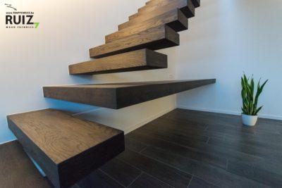 Bureau-design-ingewerkt-trap-zwevend